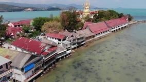 Isla con el templo budista y muchas casas Vista aérea de la isla con el templo budista con la estatua Buda grande almacen de metraje de vídeo