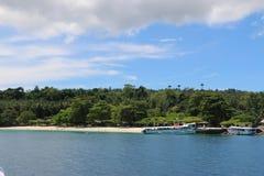 Isla con un barco Imagen de archivo libre de regalías