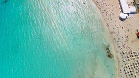 Isla cristalina de la playa de Nissi de las aguas de la playa de Sandy de la opinión aérea de Chipre metrajes