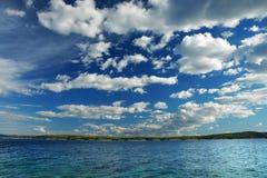 Isla croata y nubes dramáticas Fotografía de archivo
