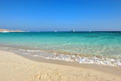 ISLA DE AL-MAHMYA, EGIPTO - 17 DE OCTUBRE DE 2013: El al-Mahmya es un parque nacional con la playa del paraíso y la atracción tur Imagen de archivo
