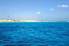 ISLA DE AL-MAHMYA, EGIPTO - 17 DE OCTUBRE DE 2013: El al-Mahmya es un parque nacional con la playa del paraíso y la atracción tur Imagenes de archivo