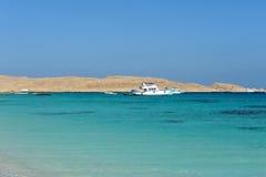 ISLA DE AL-MAHMYA, EGIPTO - 17 DE OCTUBRE DE 2013: El al-Mahmya es un parque nacional con la playa del paraíso y la atracción tur Foto de archivo libre de regalías