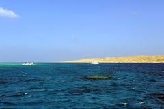 ISLA DE AL-MAHMYA, EGIPTO - 17 DE OCTUBRE DE 2013: El al-Mahmya es un parque nacional con la playa del paraíso y la atracción tur Fotografía de archivo