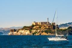 Isla de Alcatraz con la prisión y yate en San Francisco Bay, California, los E.E.U.U. imagenes de archivo