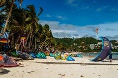 Isla de Boracay, Filipinas - noviembre de 2016: fuerte viento en la playa, kiteboarding y el windsurf de Bulabog imagenes de archivo