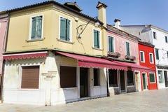 Isla de Burano, casas coloridas típicas - Italia Imagen de archivo libre de regalías