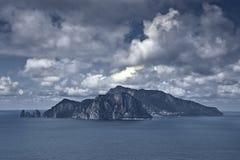 Isla de Capri debajo de las nubes Fotografía de archivo