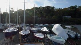Isla de Chebeague, Maine - 20181006 - abejón aéreo - subida de Front Of Dry Dock Boats que expone a Forest Behind metrajes
