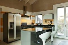 Isla de cocina con dos taburetes imagenes de archivo