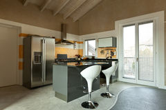 Isla de cocina con dos taburetes foto de archivo libre de regalías