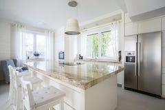 Isla de cocina en casa brillante Imagen de archivo libre de regalías