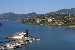 Isla de Corfú de la estación de verano del monasterio de Vlacherna Fotos de archivo