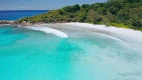 Isla de Digue del La de Seychelles Mosca a?rea sobre la laguna azul de la mayor?a de los Cocos tropicales hermosos del anse de la almacen de video