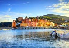 Isla de Elba, bahía del pueblo de Rio Marina Playa y faro de la bahía T fotografía de archivo libre de regalías