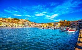 Isla de Elba, puerto del pueblo de Portoferraio y horizonte Toscana, imagen de archivo