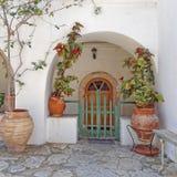 Isla de Grecia, de Poros, puerta de entrada arqueada de la casa y macetas foto de archivo libre de regalías
