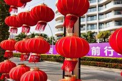 Isla de Hainan en la península de Shenzhou, China - 12 de febrero de 2017: Opinión de la calle con muchas linternas rojas chinas Foto de archivo