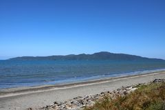 Isla de Kapiti de la playa de Paraparaumu, Nueva Zelanda Foto de archivo
