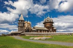 Isla de Kizhi, Petrozavodsk, Karelia, Federación Rusa - 20 de agosto de 2018: Arquitectura popular y la historia de la construcci fotos de archivo