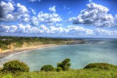 Isla de la bahía costera de Whitecliff de la opinión del Wight cerca de Bembridge al este de la isla en HDR vivo y brillante Foto de archivo libre de regalías