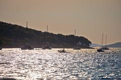 Isla de la bahía de la navegación de Zlarin en la opinión de la puesta del sol imagen de archivo
