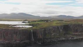 Isla de la cascada desde arriba - de Skye metrajes