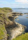 Isla de la línea de la orilla de Staffa Foto de archivo