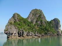 Isla de la piedra caliza en el mar Fotos de archivo libres de regalías