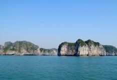 Isla de la piedra caliza en la bahía del mar Foto de archivo libre de regalías