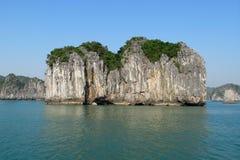 Isla de la piedra caliza en la bahía del mar Foto de archivo