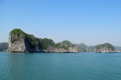 Isla de la piedra caliza en la bahía del mar Fotos de archivo libres de regalías