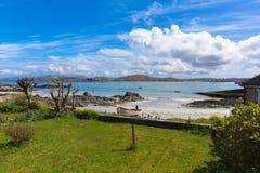 Isla de la playa blanca hermosa y de la opinión de la arena de la isla escocesa británica de Iona Scotland a reflexionar sobre Fotos de archivo