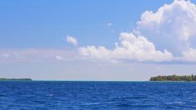 Isla de la República Dominicana y de Saona, punto medio en agua de mar del Caribe y ondas de la ondulación de Océano Atlántico Na metrajes