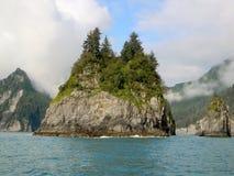 Isla de la roca en el océano Fotos de archivo libres de regalías