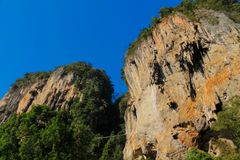 Isla de la roca de la piedra caliza en el mar de Andaman Tailandia imagenes de archivo
