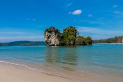Isla de la roca de la piedra caliza en el mar de Andaman Tailandia fotografía de archivo