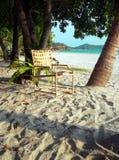 Isla de Langkawi. Silla y libro entre las palmeras Foto de archivo libre de regalías