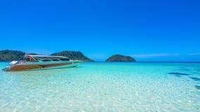 Isla de Lipe con el flotador del barco de la velocidad en el mar azul Imagenes de archivo