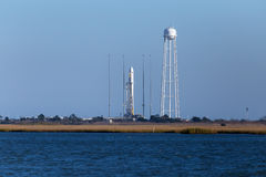 ISLA DE LOS GOLPES, VA - 28 DE OCTUBRE DE 2014: An Orbital Sciences Corp El cohete de Antares está listo para el lanzamiento en l Imagenes de archivo