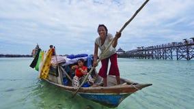 ISLA de MABUL, MALASIA 23 de septiembre: Mar no identificado Bajau encendido imágenes de archivo libres de regalías