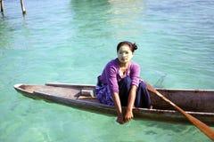 ISLA DE MABUL, SABAH, MALASIA - 3 DE MARZO: cojín gitano del niño del mar local imagen de archivo libre de regalías