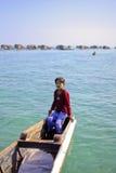 ISLA DE MABUL, SABAH, MALASIA - 3 DE MARZO: cojín gitano del niño del mar local fotos de archivo