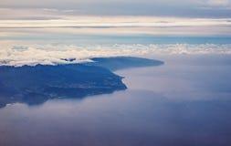 Isla de Madeira en la opinión aérea de la oscuridad/de la salida del sol de la ventana plana Imagen de archivo libre de regalías