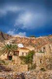 Isla de Monemvasia en Peloponeso, Grecia y barco de cruceros Foto de archivo libre de regalías