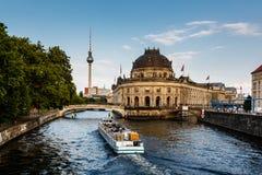 Isla de museo de Approacing del barco de río, Berlín Fotografía de archivo