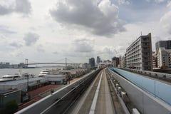 Isla de Odaiba Línea Yurikamome Camino a lo largo de la costa de la bahía de Tokio imagenes de archivo