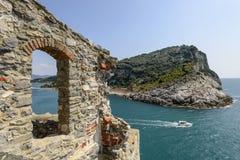Isla de Palmaria y ventana de la piedra Imágenes de archivo libres de regalías