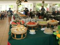 ISLA DE PHI PHI DON, TAILANDIA - 15 DE JULIO DE 2018: Paradas de la comida dentro de Maya Restaurant, Tambon Ao Nang, isla de Phi fotografía de archivo
