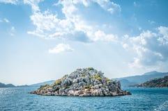 Isla de piedra en el mar Imagen de archivo libre de regalías